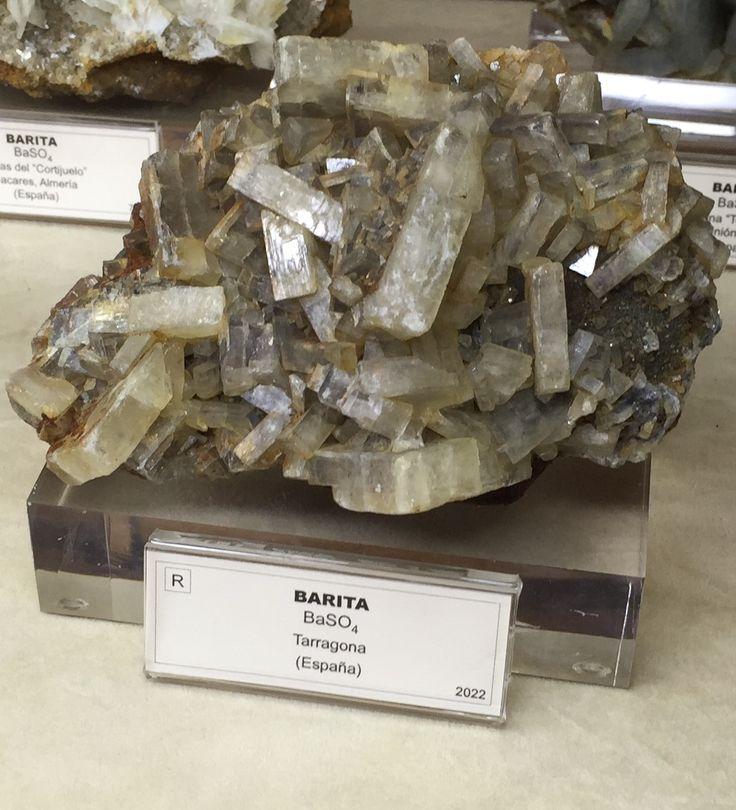 -Nombre: BARITA  -Composición química: BaSO4 -Reacción HCl: insoluble en ácidos -Sistema cristalino: ortorrómbico -Densidad: 4,47 g/cm3  -Ambiente de formación: yacimientos de origen hidrotermal o en venas y cavidades de sustitución en calizas y dolomitas -Utilidad: mena de bario, fabricación de agua oxigenada, litopón, industria de frenos, vidrio, recubrimiento de salas de rayos X -Exfoliación: perfecta -Fractura: irregular -Dureza: 3-3,5 -Tenacidad: quebradiza -Color de superficie: sin…