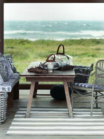 blå kuddar, träbord, rottingstol, korgstol, hav, sommarstuga, broste copenhagen
