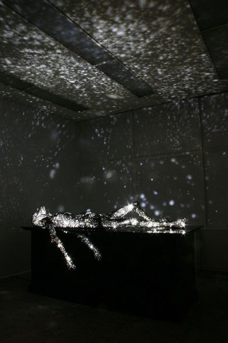 Milky Ways par Mihoko Ogaki Un voyage dans la condition humaine mais aussi dans ses émotions, tristesses, joies, plaisirs ou même jalousies. Révélée par le contraste entre la posture zen, méditatif ou au repos de la sculpture et l'explosion lumineuse de ses sentiments.