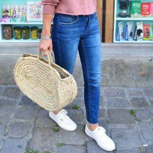 Ce soir sur le blog ✌ bon après-midi IG 😘 #ootd #denim #jeans #shopper #panier #sweater #pink #nakdfashion #keds #sneakers #larochelle devant l' @epiceriemercilouis 😍 #tktclarochelle #streetstyle