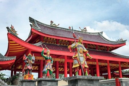 Dibangun oleh seorang dari Tiongkok bernama Sam Poo Tay Djien dalam lawatannya ke Semarang. Klenteng ini memberikan inspirasi bagi berkembangnya berbagai legenda mengenai kota Semarang dan merupakan situs sejarah yang menyimpan legenda kedatangan laksamana Ceng Ho dari negeri China pada waktu berlayar keliling dunia.