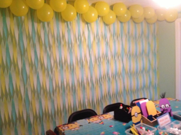 17 best images about minion birthday party ideas on for Balloon decoration on wall for birthday