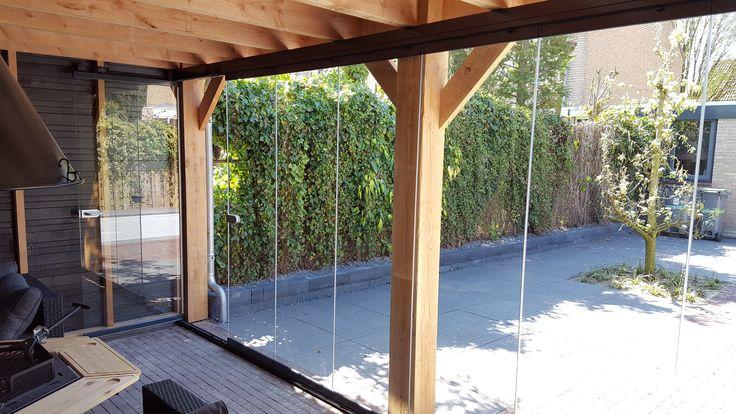 Een luxe overkapping met glazen panelen om het geheel af te kunnen sluiten. Dit is dus een plaats waar zowel 's zomers als 's winters buitengewoon genoten kan worden!