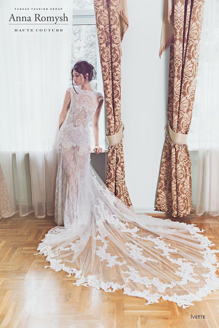 Anna Romysh ivette, collectie 2016. Elke trouwjurk heeft weer andere stijl maar steeds is de hand van de ontwerpster te herkennen De grote mode dit jaar transparante trouwjurken zoals deze creatie met een fantastisch mooie sleep. Prachtig zoals deze hoog gesloten jurk van doorzichtige kant op de rug met twee bandjes wordt gestrikt. Ook apart het kort rokje dat nog net onder de rok is te zien. #extravagant #sluik #exclusief #couture #koonings #kant