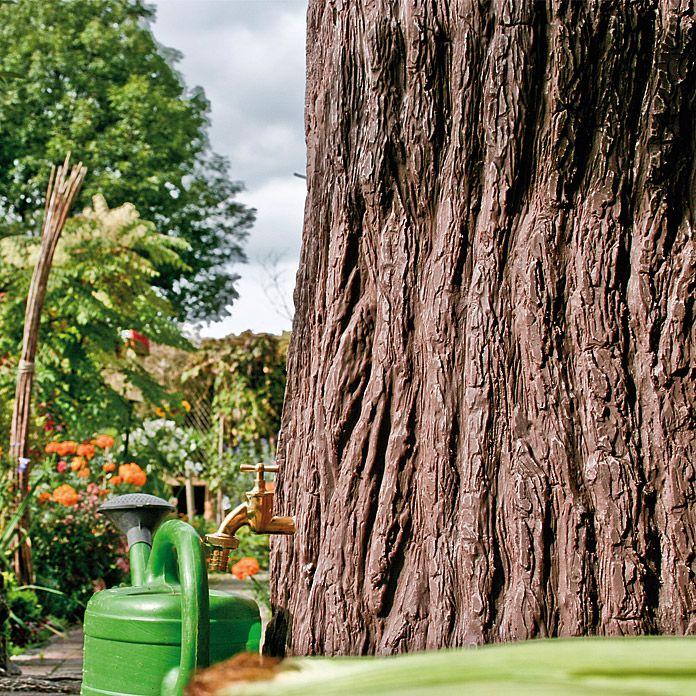 Der ausgefallene Wassertank wurde dem Stamm der deutschen Eiche nachempfunden und sorgfältig von Hand bearbeitet. Durch eine spezielle Nachbehandlung des witterungs- und UV-beständigen Polyethylens wird eine naturgetreue, dunkelbraune Nachbildung erzielt, die kaum vom Original zu unterscheiden ist. Mit 475 l Tankvolumen fasst der Speicher genügend Wasser, um kleine und mittlere Gärten zu versorgen und ist dabei ein echter Blickfang.