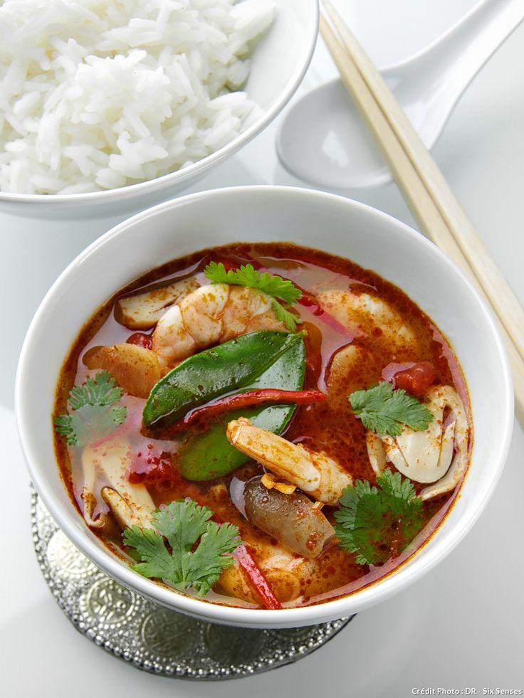 La notoriété du tom yam a dépassé les frontières des provinces méridionales de la Thaïlande. Il est composé d'un bouillon richement parfumé de citronnelle, de galanga et de piment dans lequel on poche des crevettes (kung), du poulet (kai) ou encore des fruits de mer (talay).