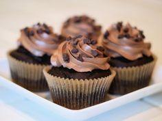 Receta de Cupcakes Esponjosos de Chocolate | Estos deliciosos cupcakes son de lo mejor que he cocinado, pues quedan muy esponjosos y con un delicioso sabor a chocolate, más si agregamos chispas. ¡Tienen que cocinarlos alguna vez en su vida!!