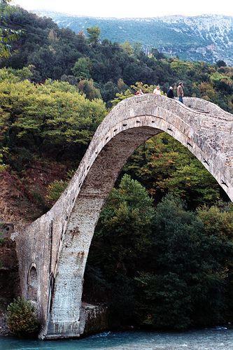 El puente de Plaka en Tzoumerka Epirus, Grecia, era el puente de un solo-arco más grande de Grecia y de los Balcanes, y el tercero más grande de Europa. Fue construido sobre la orden del sultán otomano Abdülaziz, y fue terminado en 1866. Entre 1880 y 1912, el puente marcó la frontera entre el Reino de Grecia y el Imperio Otomano.
