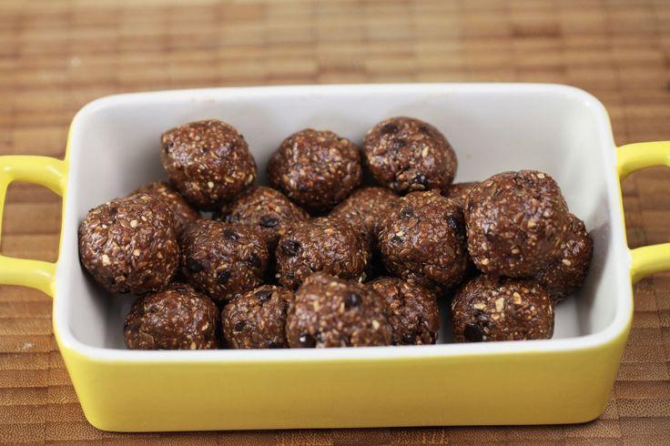 Anında enerji verecek pratik bir atıştırmalık tarifi!  Malzemeler:  1 bardak Yulaf Ezmesi 1/2 bardakFıstık Ezmesi 1/3 bardak Bal 4-5 adet Ceviz 3 yemek kaşığı Damla Çikolata 1 yemek kaşığı Keten Tohum