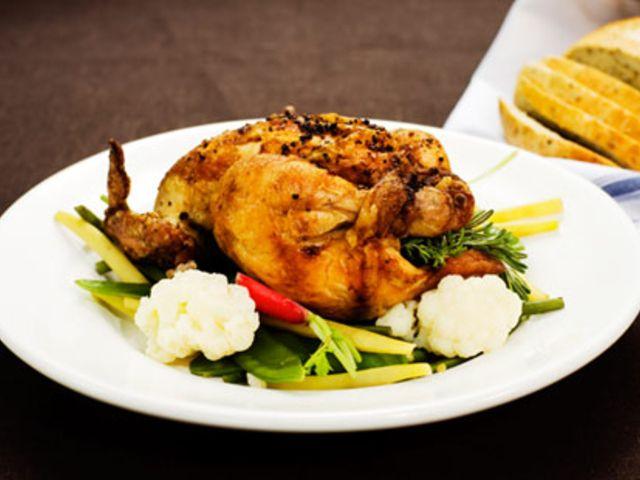 Hel grillad kyckling med färska örter, citron och vitlök (kock Fredrik Eriksson)