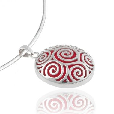 A 925 round shaped sterling silver double sided pendant, featuring a plain vibrant red coral stone on the one side and a hand-carved multiple Circle of Life design on the other. Symbol of infinity and of the circular nature of life in ancient Greece, this design, showing the Circles of Life connected with each other, is inspired by the notion that we are interconnected with all things that surround us. Match it with elegant red coral sterling silver rings.