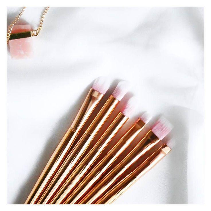 Hej Nowe pędzelki w kolekcjitym razem ze sklepu tosave.com.Na blogu niedługo pojawi się post z nowościami kosmetycznymi i akcesoriami do makijażu.Miłego dnia   #nowosc #pedzle #pedzledomakijazu #tosavecom #brushes #gold #rosegold #pedzledomakijazuoczu #blogger #beautyblogger #blogerkaurodowa #quartz #jewellery  #blondeworld #blondeworldd @beautybloggers.pl @blogujemy_o_kosmetykach