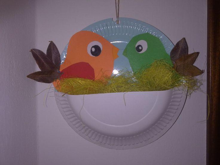 Nido di uccellini, con piatti di carta, cartoncino  e coda fatta con foglie.