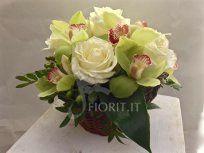 Dandy <small>Rose e fiori di orchidea composte in un cesto</small>
