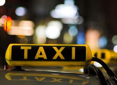 Taxisvilág, Hungary – minden, ami a drosztokon és az üléseken zajlik   A Taxisvilág, Hungary a sorozat második része, és igazi bennfentes, őszinte sztorigyűjtemény, hű kortörténeti dokumentum: nem csodálom, hogy Szabolcs azóta kissé félve száll be idegen taxis mellé…  Olvasd el a bejegyzést a könyvről: http://barokeszter.hu/2012/11/03/taxisvilag-hungary-minden-ami-a-drosztokon-es-az-uleseken-zajlik/