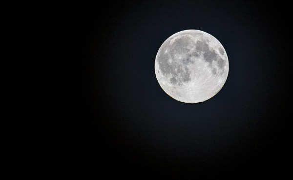 La Luna del lobo evoca las noches donde estos animales aullaban ante la escasez de alimento.El plenilunio ocurrirá a las 12:34 h, por lo que cuando el satélite salga en el cielo ya estará en fase menguante.El calendario astronómico marca una fecha importante en el calendario de enero. Este jueves 12 disfrutaremos de la conocida Luna del lobo, la denominación utilizada para hablar de la Luna llena de enero. El...