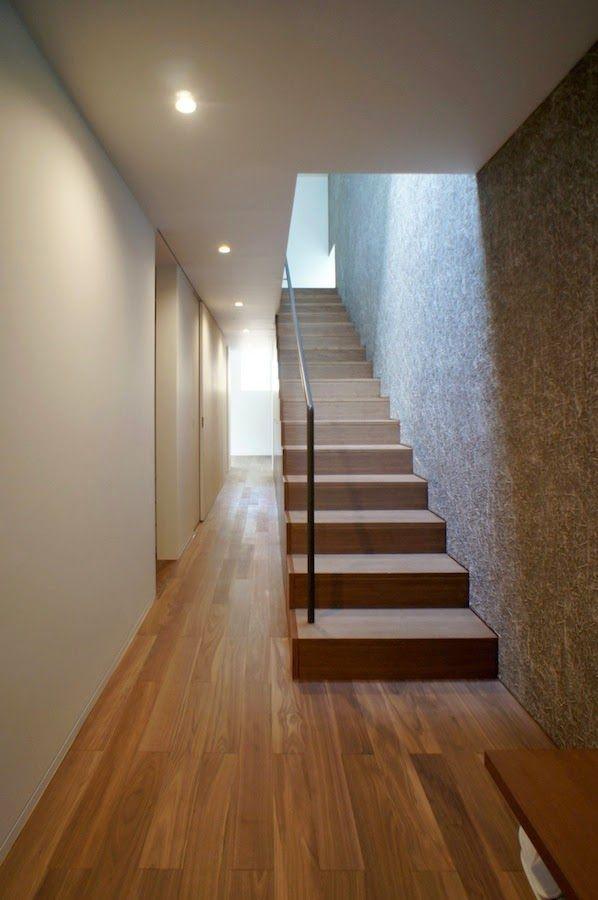 玄関を入って左を向くと一直線の動線。左にウォークインクローゼット、収納、書斎、来客用寝室へと続く。japan-architects.com
