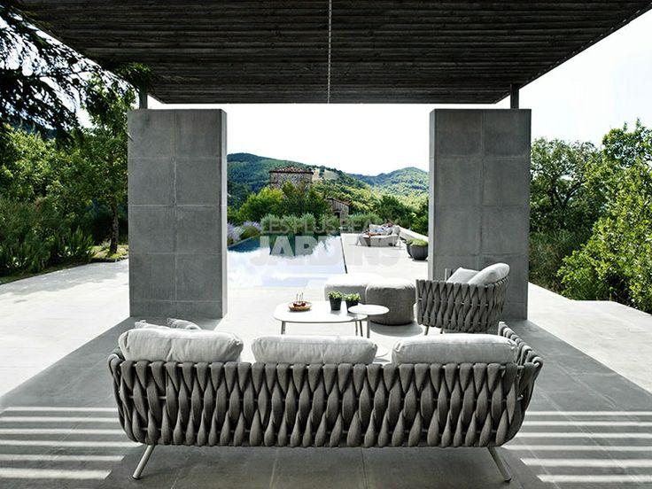Pas facile de résister au (vil) sentiment de jalousie quand on découvre cette photo avec ce sofa Tosca signé Tribù que l'on imagine dans un coin tranquille au beau milieu de la Toscane. Sympa votre maison pour cet été ?