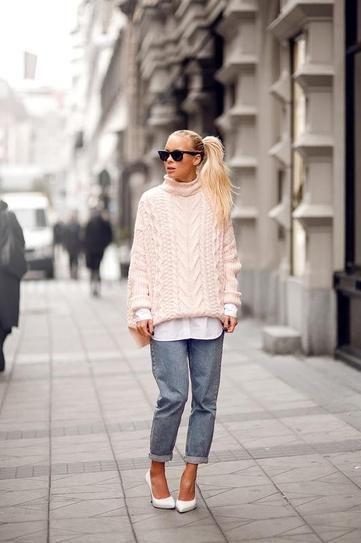 Oversized pastel pink sweater worn with boyfriend jeans // Victoria Tornegren