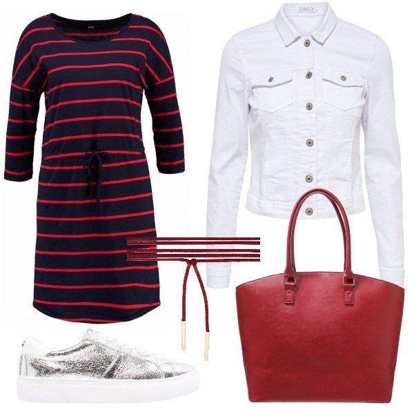 Abito in maglina con manica a tre quarti, scollo tondo e fantasia a righe rosse, giacca di jeans bianca e collarino rosso. Sneakers basse color silver e shopping bag rossa.
