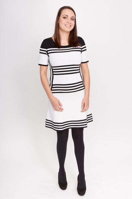 Dit jurkje met korte mouwen is gemaakt van een soepelvallende stretchstof. Door de korte mouwen handig te combineren met een blazer of colbertje.