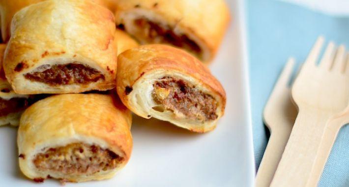 Lekker recept om zelf mini saucijzenbroodjes te maken met bladerdeeg en gehakt.