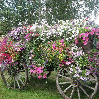 I love this vintage garden cart filled full with vintage for Carretas de madera para jardin