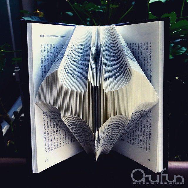 Gevouwen pagina's uit boeken transformeren tot papieren kunst