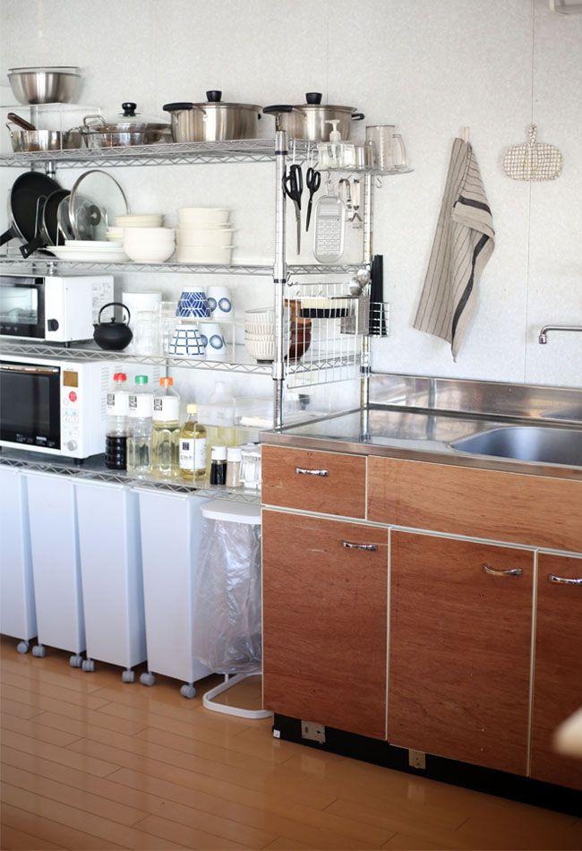 狭いキッチンの家事動線は 水切りと収納の一挙両得 少ない物ですっきり暮らす キッチン パントリーの収納整理 メタルラック 収納 アイデア
