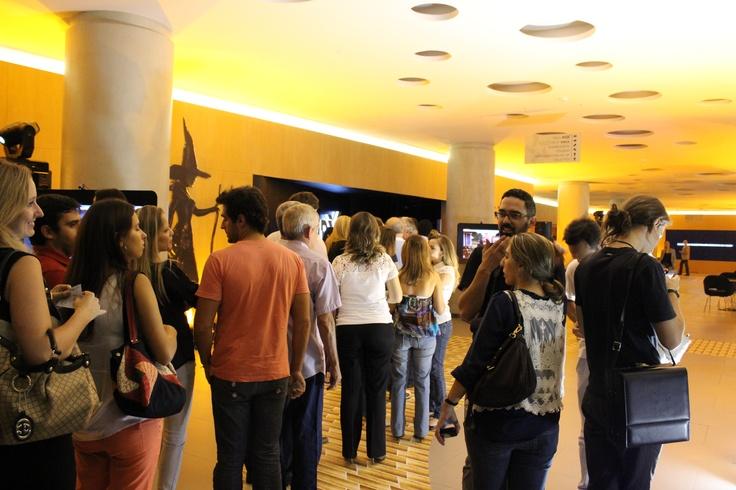 Fila para assistir o filme na sala 4DX do Cinépolis JK