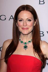 Beroemdheden rond de 50 met lang haar. Voorbeelden van actrices en modellen die boven de 45 jaar zijn en toch nog lang tot heel lang haar hebben.