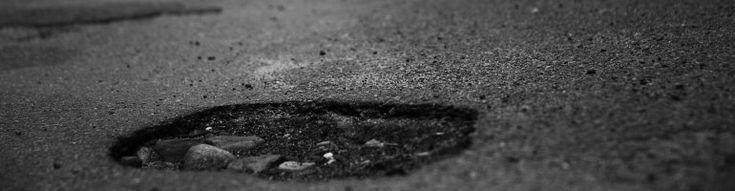 """KR352 Straßenbaubeitrag - Trockener Titel. Er bedeutet: Viele Gemeinden haben kein Geld und wenn Straßen zu reparieren sind, kassieren die Verwaltungen einfach bei den Anwohnern ab. Zehntausende Euro. Dabei ist """"Straßenbau"""" das erste, was einem einfällt, wenn Kinder fragen: Wozu sind denn eigentlich Steuern da? In den meisten deutschen Gemeinden gilt das nicht. Gerade hat das Bundesverfassungsgericht ein Verfassungsbeschwerde gegen diesen Missstand abgelehnt."""