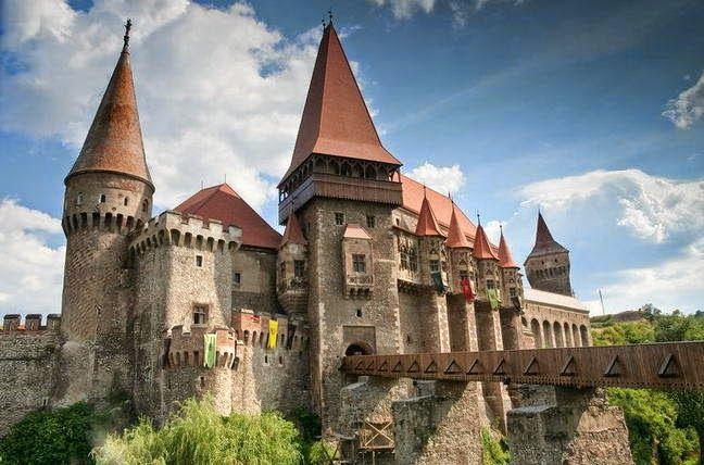 Romania Megalitica: Romania Megalitica, prezinta o parte dintre cele mai frumoase Castele din România. Guvernanti, Salvati Castelele din Rom...