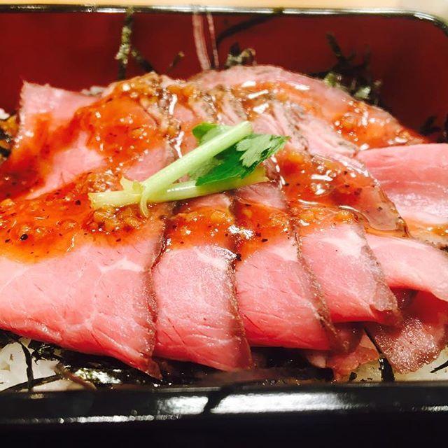 * * 最近密かにハマっているのが なか卯のローストビーフ丼と京うどん。 つい2週間前位に初めてなか卯行ってこの安さでこのおいしさは驚いた。 * *  #なか卯 #ローストビーフ #うどん #京うどん #関西 #コスパ #コスパ最高 #delicious #肉 #わさび のクリーム #おいしい #japan  #ハマる #安い