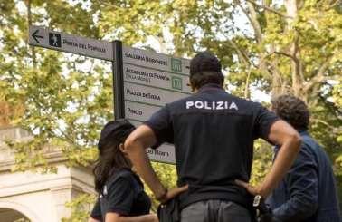 Politie-agenten in de buurt van de plek waar de Duitse vrouw is verkracht.