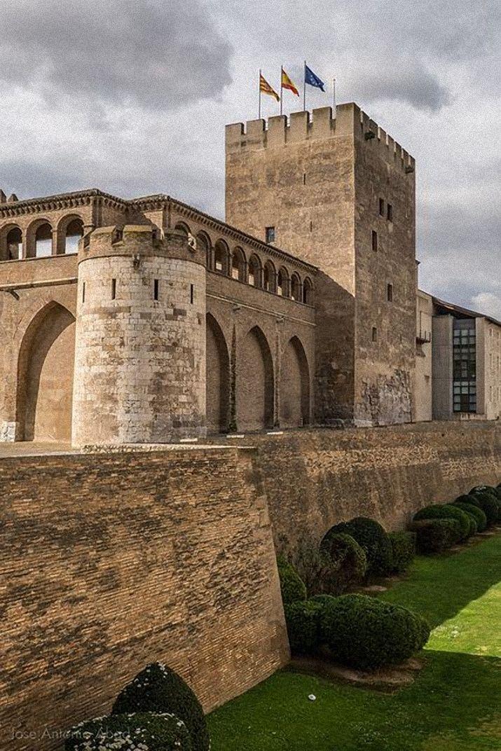 CASTLES OF SPAIN - La Aljafería es un palacio fortificado construido en Zaragoza en la segunda mitad del siglo XI por iniciativa de Al-Muqtadir como residencia de los reyes hudíes de Saraqusta. Este palacio (llamado entonces «Qasr al-Surur» o Palacio de la Alegría) refleja el esplendor alcanzado por este el reino taifa. Tras la reconquista de Zaragoza en 1118 por Alfonso I el Batallador pasó a ser residencia de los reyes de Aragón.