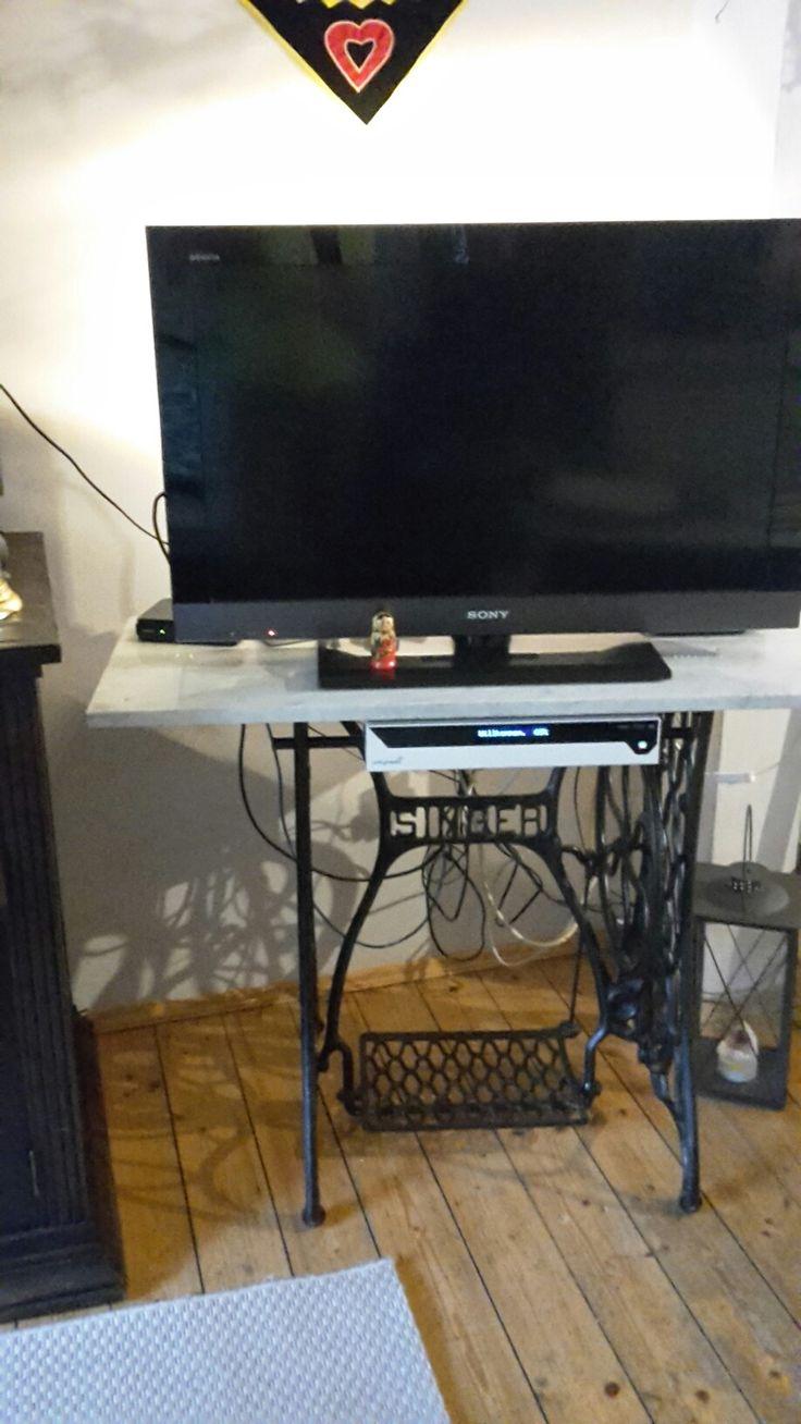 tv tisch aus n hmaschinengestell und marmorplatte wohnzimmer pinterest. Black Bedroom Furniture Sets. Home Design Ideas