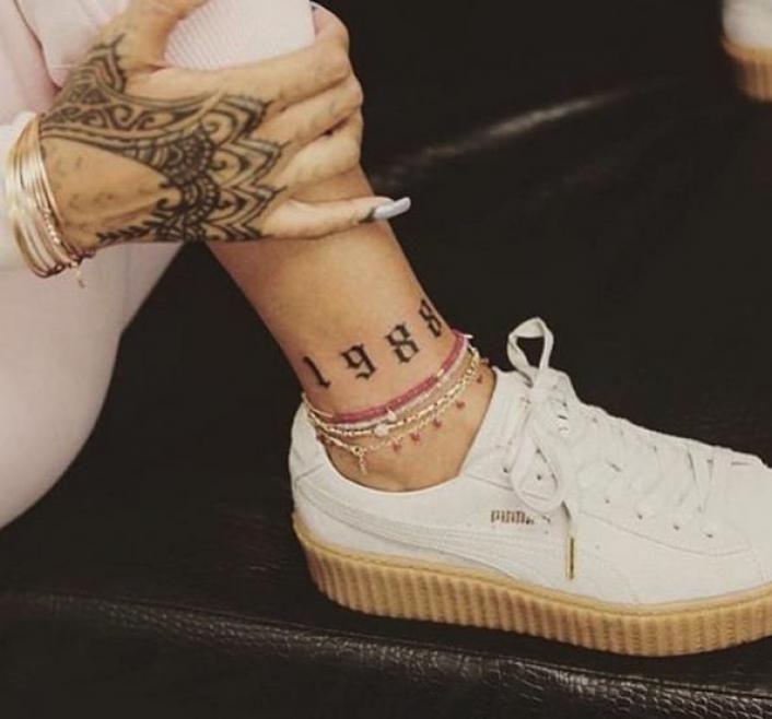 Rihanna faz nova tatuagem