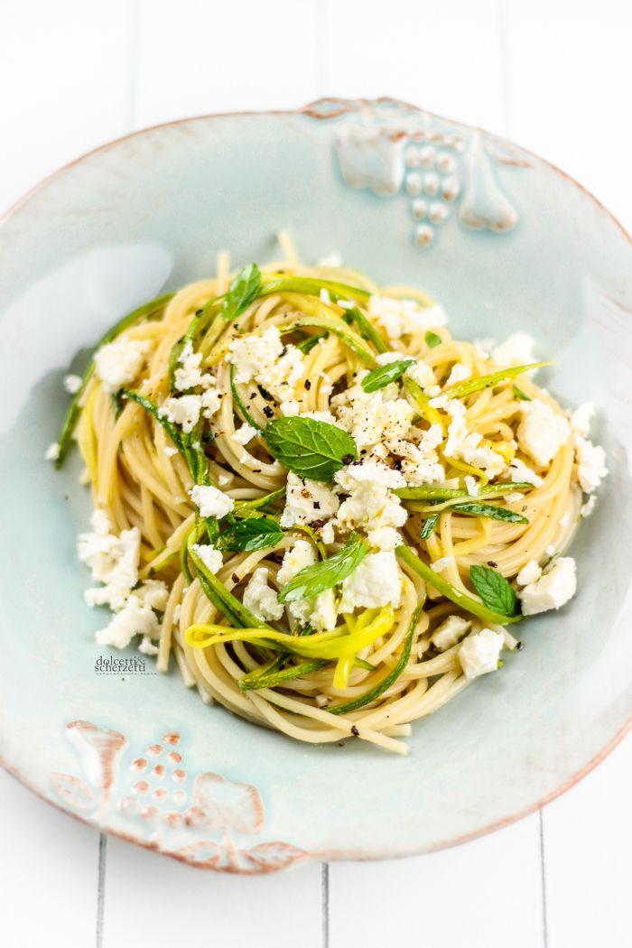 spaghetti con zucchine, feta e menta
