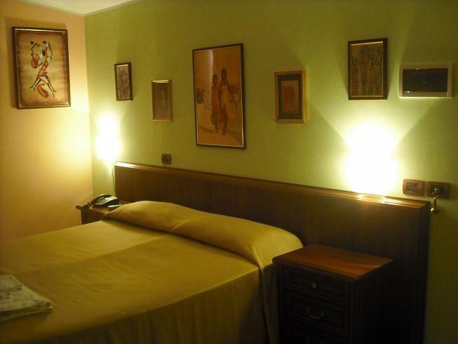 Il Cascina Garden è un albergo a Campobasso a pochi minuti di auto dal centro e offre ai Clienti parcheggio recintato video sorvegliato, Wifi, Sala Ricreativa, verde attrezzato. Camere con bagno, phon, aria condizionata o riscaldamento, TV, cassaforte, e scrivania. il Cascina Garden Hotel è il più tranquillo tra gli alberghi con trattamenti in bed & breakfast ubicato nel verde come gli agriturismi a Campobasso .