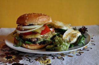Między Niebem, a Kuchnią...: Hamburger wołowy i sałatka z grillowanym serem hal...