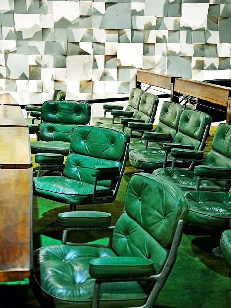 Poltronas verdes estofadas de couro Oscar Niemeyer Jean-Calude Figenwald Pour Ideat IDEAT 100 ABRIL-MAIO 2013