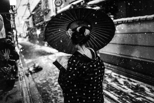 January 2017: a maiko under the first snow in Gion...