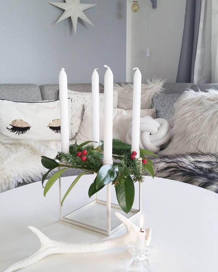 Simple Chic! Dieser wunderschöne Adventskranz mit schlichten Stabkerzen und weihnachtlichen Zweigen passt perfekt in dieses moderne Zuhause! Kuschelige Felle und Kissen, wie das trendige Kissen Knot sorgen zusätzlich für gemütliche vorweihnachtliche Stimmung!   // Weihnachten Weihnachtsdeko Kranz Advent Ideen DIY Deko Kissen Fell Wohnzimmer Ideen #WohnzimmerIdeen #Weihnachten #WeihnachtsDekoration #Advent #Adventskranz #Ideen @sinas_home