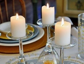 Une deco de table simplissime Pas de bougeoir, pas de photophores ? Utilisez vos plus beaux verres à pieds en guise de supports à bougies improvises ! Effet garanti.