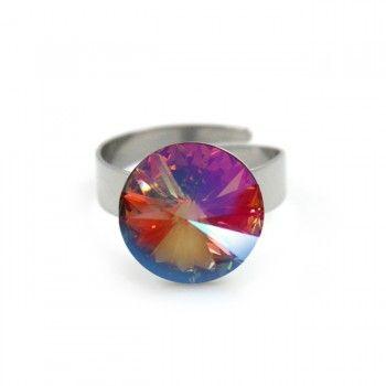 Eenvoudig van opzet, maar juist daarom o zo mooi door de extra grote (14mm) Swarovski-kristal. Dit fonkelende sieraad is een instant upgrade voor je outfit en behoort vast snel tot je favorieten. De verstelbare ring zelf is gemaakt van slijtvast, oersterk hypoallergeen chirurgisch staal (RVS). Het kristal lijkt onder elke hoek een andere kleur te hebben.Dit sieraad staat door kleur- en kristalgebruik, in het kort symbool voor kracht en helder inzicht.