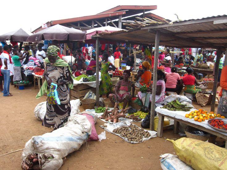 Een lokaal marktje in Ghana. Kijk al die kleuren!  #Afrika #Ghana #Fair2