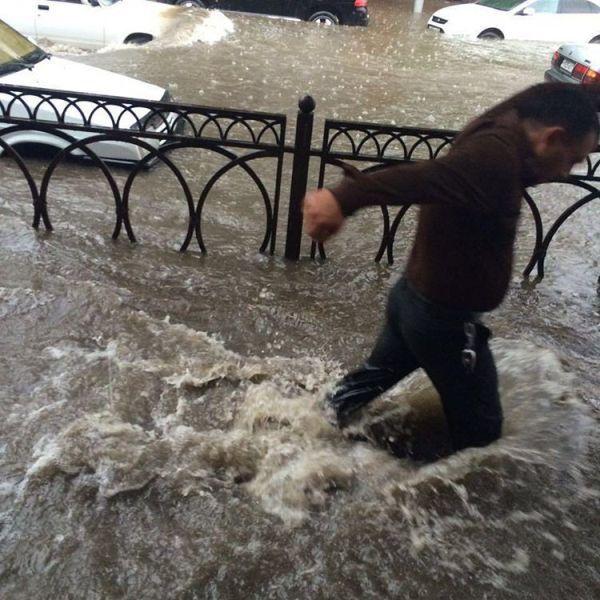 #интересное  Проливной дождь и потоп во Владикавказе (4 фото)   Проливной дождь стал причиной потопа во Владикавказе. 30 мая движение на улицах города было частично парализовано, что особенно сильно было заметно в центре. Здесь уровень воды доходил до капотов авт�