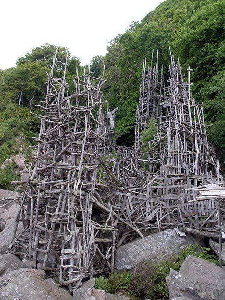 """sculpture suédoise : Lars Vilks, """"Nimis"""", 1980s, construction, bois flotté, land art"""