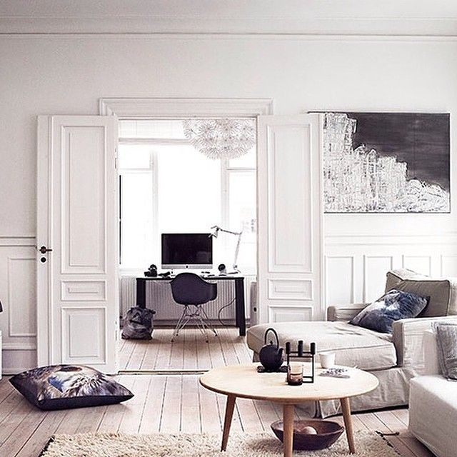 Stunning appartment #homedecor #interiordesign #interiorinspo #inredare #interior #inredning #interiordecor #inredningsinspiration #skönahem #stuckatur #sekelskifte #svenskttenn #eames #livingroom #scandinavianstyle #scandinavianappartment